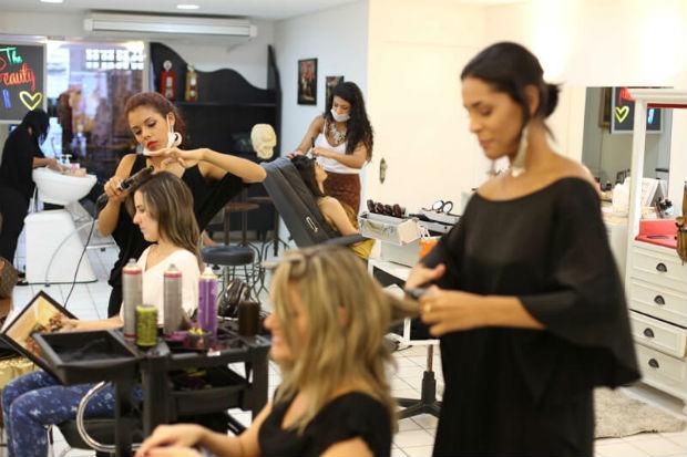 Além dos tradicionais penteados e maquiagens, o espaço da Zona Sul também vai contar com uma área VIP de atendimento exclusivo para produção, provadores e serviços de massagens e relaxamento. Foto: Beauty Bar Recife/Divulgação