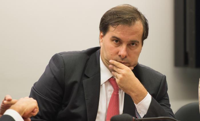 Rebaixamento da nota do Brasil gera mal-estar entre Maia e Meirelles