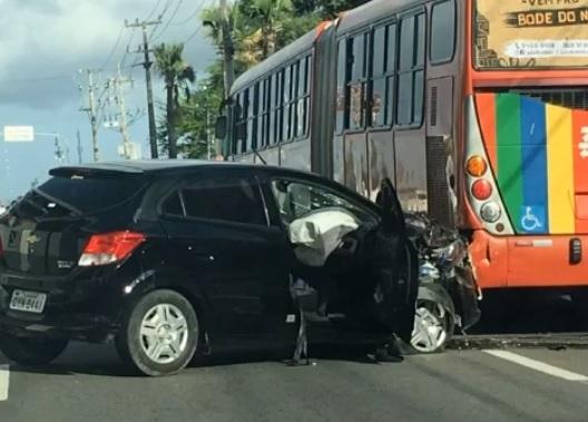 O acidente envolveu um ônibus da empresa Borborema e um carro de passeio. Foto: WhatsApp/Cortesia