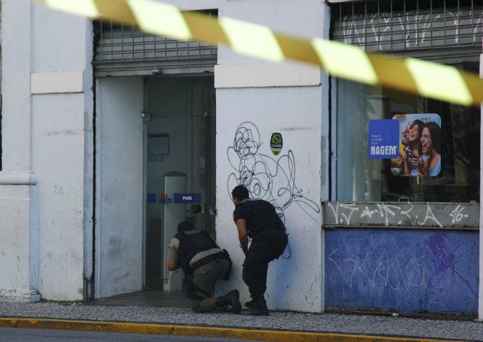 Assaltantes invadiram loja no centro do Recife e fizeram clientes de reféns. Foto: Shilton Araújo/Esp. DP