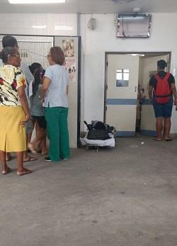 Pacientes aguardam em macas no chão uma vaga para serem internados. (Pacientes aguardam em macas no chão uma vaga para serem internados.)