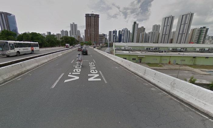 Motoqueiro colidiu com mureta do viaduto e caiu de uma altura de 10 metros. Foto: Street View/Reprodução