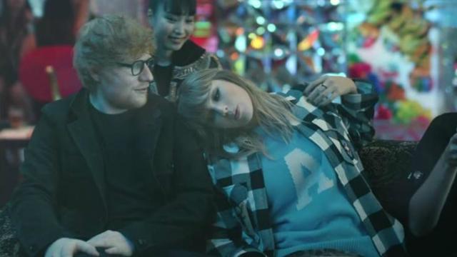 Taylor e Sheeran brincam em uma máquina de dança em Tókio. Foto: YouTube/Reprodução