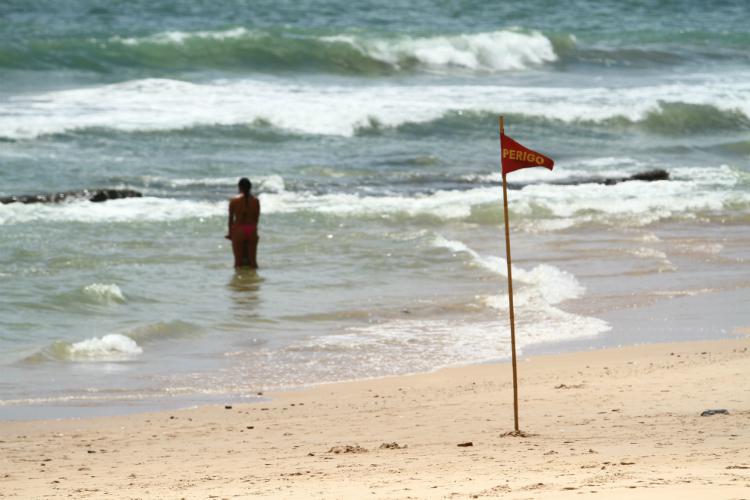 Placas e bandeiras de sinalização ficam espalhadas para melhor orientação dos banhistas. Foto: Peu Ricardo/DP