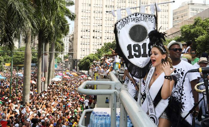 Atriz Leandra Leal participa de desfile do bloco Bola Preta. Crédito: Hudson Pontes/ Riotur