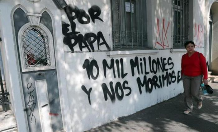 Santiago %u2013 Os muros da Igreja Cristo Pobre foram pichados com mensagens contra a visita do papa Francisco - Foto: Mario Ruiz/EFE/direitos reservados