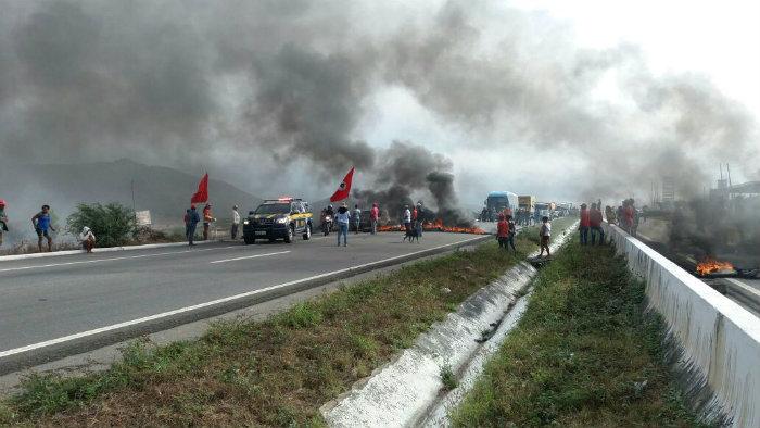 Manifestantes bloquearam a estrada em São Caetano, no Agreste. Foto: PRF PE/Divulgação