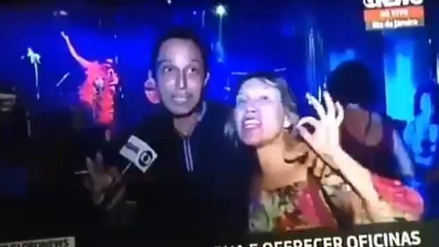 Manifestante gritou no microfone do repórter. Foto: Twitter/Reprodução