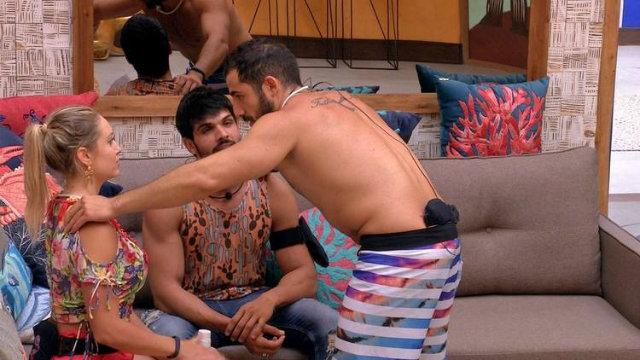 Kaysar coloca Lucas e Patrícia para conversar na sala da casa. Foto: TV Globo/Reprodução
