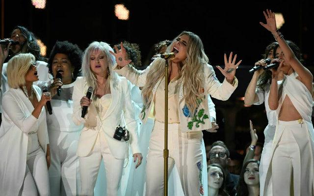 Kesha (centro) se juntou a outras cantoras para apresentação na cerimônia. Foto: Timothy A. Clary/AFP