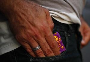 Preservativos são distribuídos de graça em todo o país.  (Preservativos são distribuídos de graça em todo o país. )