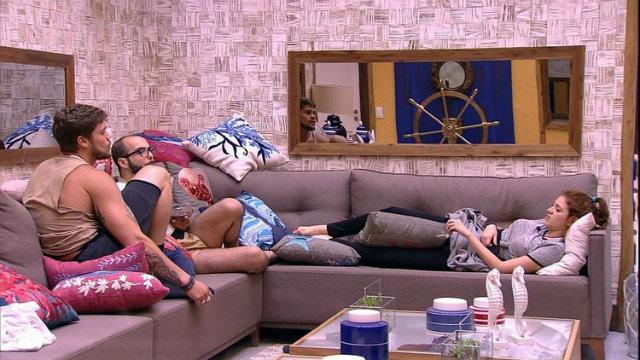 Breno, Mahmoud e Ana Clara passam a madrugada conversando na sala. Foto: TV Globo/Reprodução