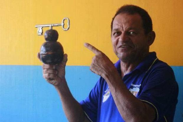 Romildo Canuto com uma miniatura do símbolo da agremiação: a chave de abertura do carnaval de Olinda. Crédito: Thalyta Tavares/Esp. DP