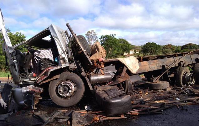Na BR-251, batida entre caminhão e micro-ônibus tirou a vida de 13 pessoas. Foto: Corpo de Bombeiros / Divulgação