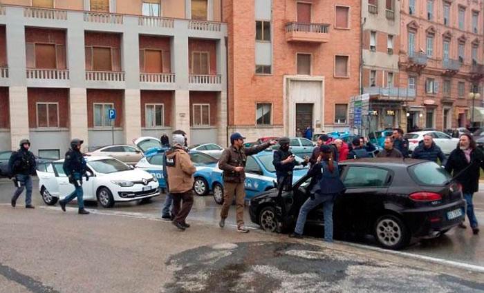 O carro preto, Alfa Romeo, de um jovem suspeito de ferir vários estrangeiros em um tiroteio, é bloqueado pela polícia. Foto: AFP/STR