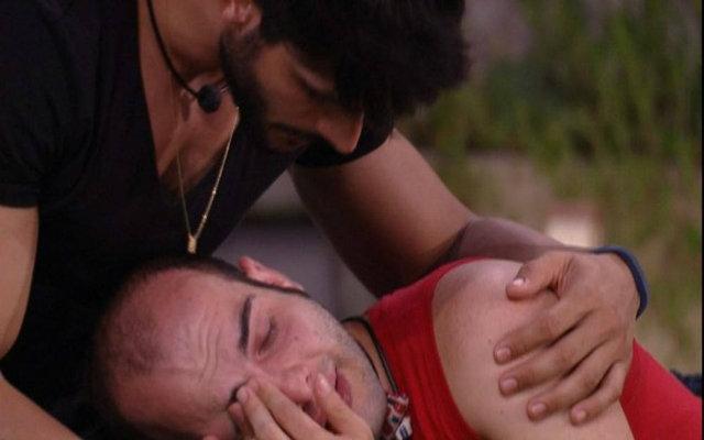 Lucas consola Mahmoud no jardim da casa do BBB18. Foto: TV Globo/Reprodução