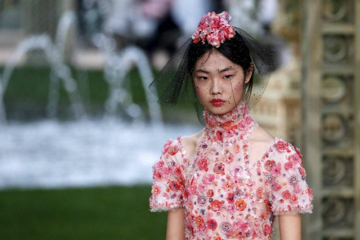 Muitas flores e tons de rosa foram as apostas da Chanel. Foto: AFP/Divulgação