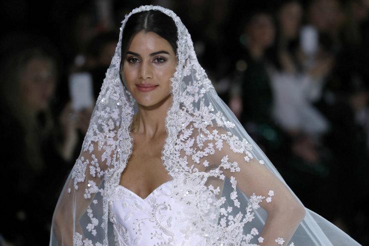 """A brasileira Camila Coelho """"trocou"""" a primeira fila pela passarela e desfilou vestida de noiva. Foto: AFP/Divulgação"""