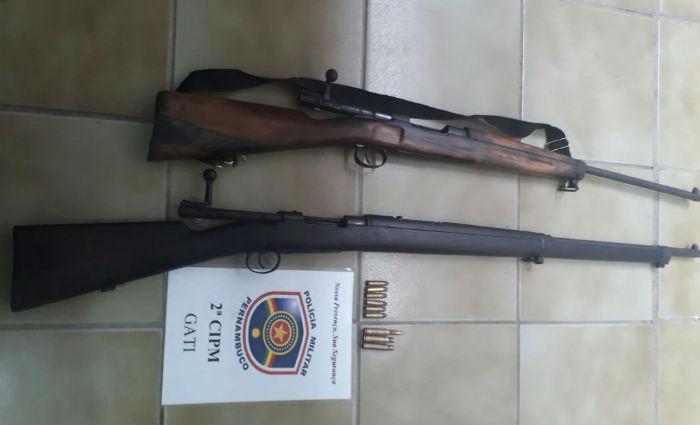 Dupla é presa com armamento pesado no Sertão. Foto: PM/ Divulgação