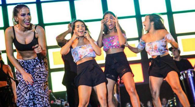 MC Loma e as Gêmeas Lacração dançaram com Anitta no Olinda Beer. Foto: Lara Valença/Divulgação