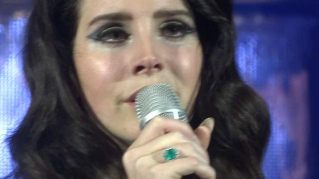 Cantora se emocionou. Foto: YouTube/Reprodução