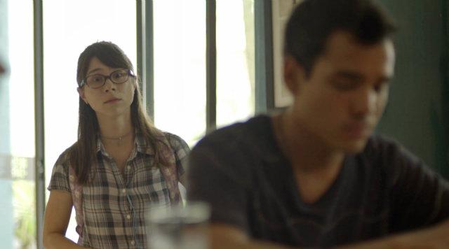 Tina escreve versos de uma música. Foto: Globo/Reprodução