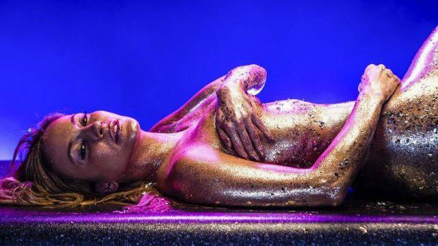 Cantora aparece balhada de glitter. Foto: Tidal/Reprodução