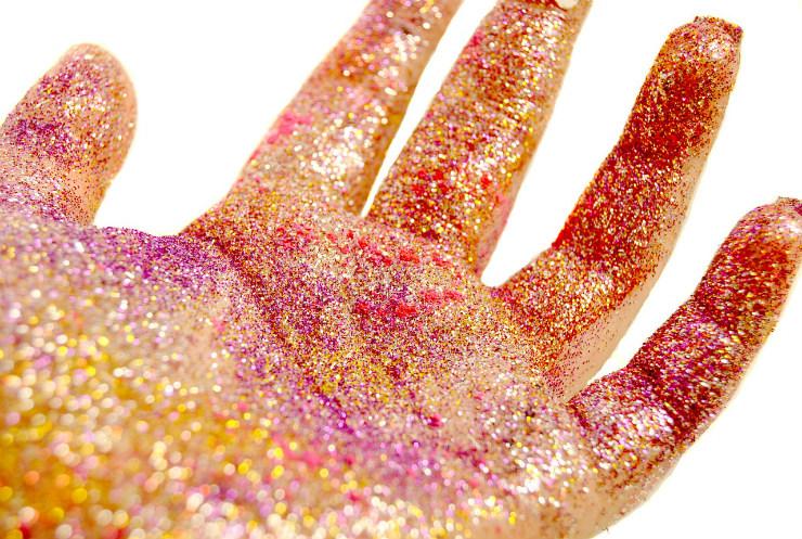 Glitter voltou a ganhar força em 2015, nos cabelos em passarelas internacionais. Depois, ganhou a pele e se popularizou. Foto: Pixabay/Reprodução da internet