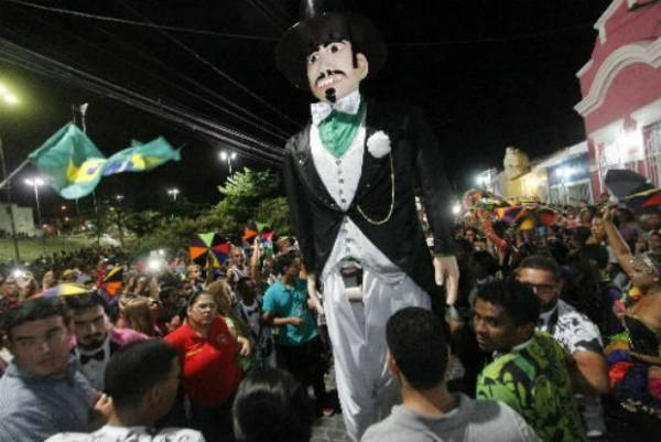Cortejo do Homem da Meia-Noite arasta milhares de foliões. Crédito: Ricardo Fernandes/DP