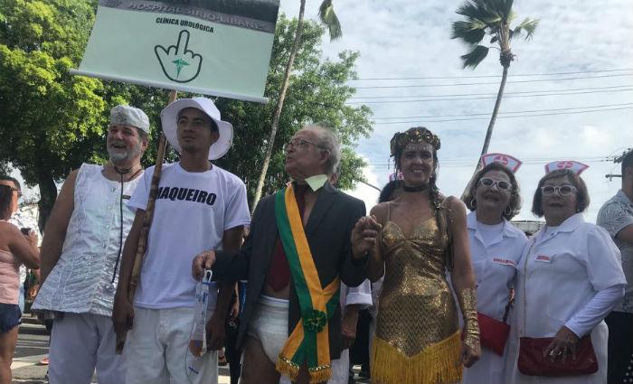 Com faixa presidencial e frauda geriátrica, dentista se veste de Temer para o desfile do Galo. Foto: Marcionila Teixeira/ DP