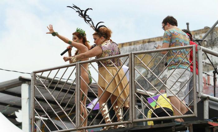 Em cima do trio elétrico desfila uma das homenageadas do Carnaval do Recife, a cantora e compositora Nena Queiroga.Foto: Paulo Paiva/ DP
