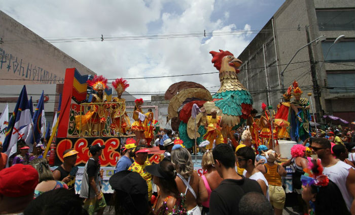 Desfile do Galo da Madrugada traz seis alegorias que fazem alusão à história do Galo na divulgação da cultura pernambucana. Foto: Paulo Paiva/DP