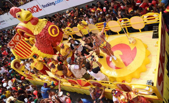 Elba desce do trio e faz homenagem ao Galo durante o desfile. Foto: Divulgação