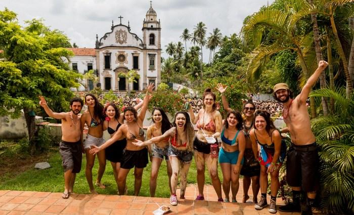 Nas ladeiras de Olinda, teve banho de lama neste sábado de Zé Pereira. Foto: Arquimedes Santos/Divulgação