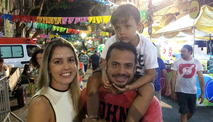A família Calbrese com o pequeno Vitor curtindo o carnaval. Foto: Manuela Cavalcanti/Esp.DP