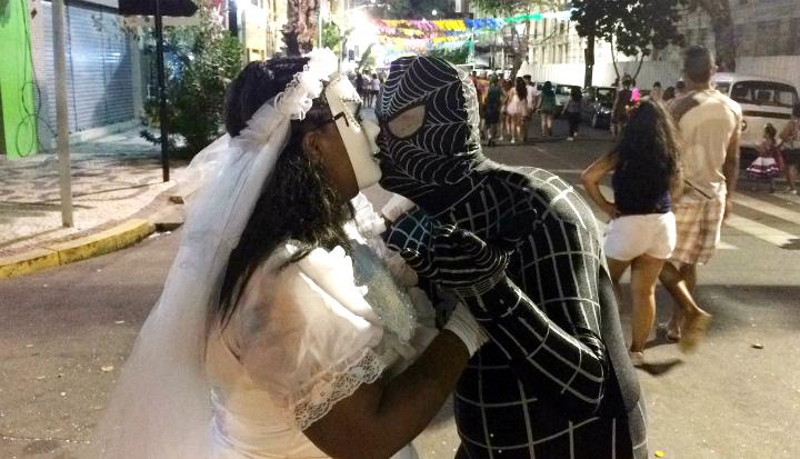 (O Homem-Aranha resolveu se casar aqui no bairro do Recife! Foto: Manuela Cavalcanti/Esp.DP )