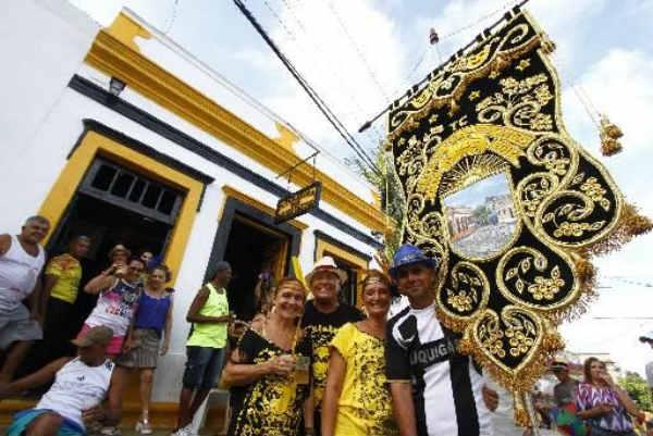 Pitombeira dos Quatro Cantos, fundada em 1947, continua arrastando centenas de foliões pelas ruas de Olinda. Crédito: Rafael Martins/Arquivo DP