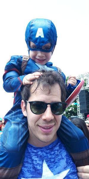 Pau e filho fantasiados de Capitão América curtiram juntos o carnaval (Foto: Peu Ricardo/DP) ((Foto: Peu Ricardo/DP))