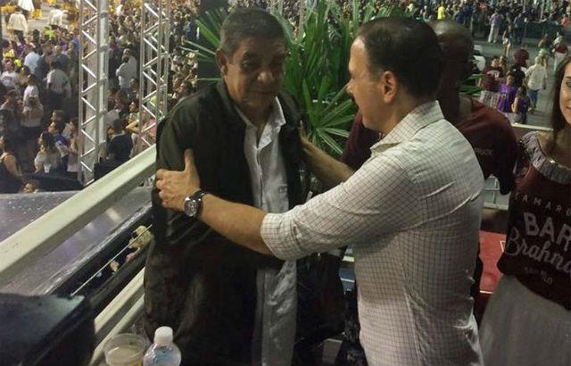 Zeca Pagodinho e João Dória no camarote: constrangimento. Foto: Facebook/Reprodução