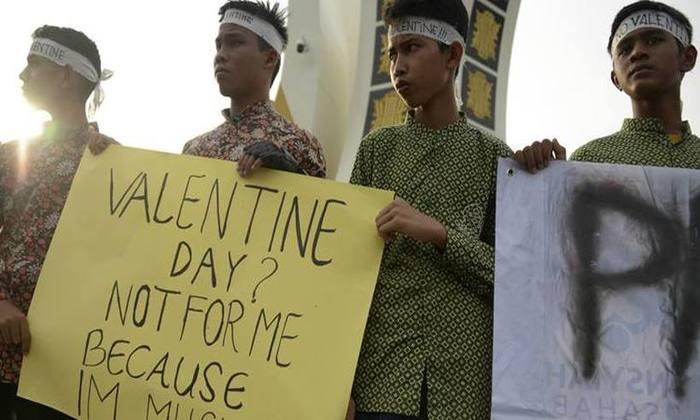Manifestantes muçulmanos protestam contra a comemoração do dia de São Valentim na Indonésia. Foto: Chaideer Mahyuddin / Agência France-Presse.