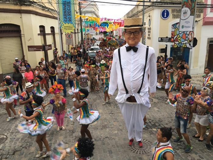 O desfile da agremiação começou com cerca de 500 pessoas que participaram do baile fechado e foi ganhando foliões ao longo do percurso. Foto: Anamaria Nascimento/DP.