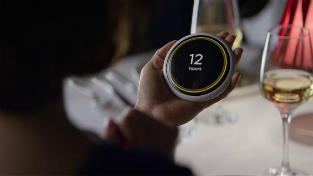 Na série, um aplicativo mostra aos casais quanto tempo o relacionamento deles durará. Foto: Netflix/Reprodução