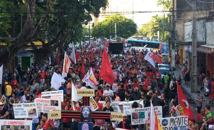 Ato reúne centenas de trabalhadores nas principais ruas do Centro do Recife. Foto: Sávio Gabriel/DP (Ato reúne centenas de trabalhadores nas principais ruas do Centro do Recife. Foto: Sávio Gabriel/DP)