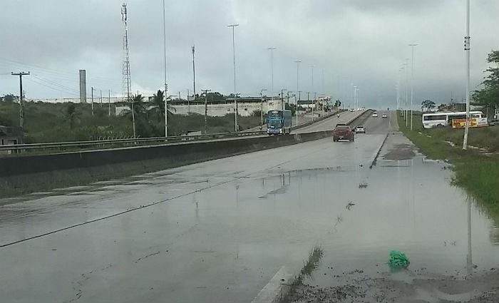 Em Bezerros, no Agreste de Pernambuco, o Rio Ipojuca transbordou, afetando a BR-232. Foto: PRF/ Divulgação