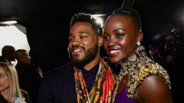 Ryan Coogler ao lado de Lupita Nyong'o na estreia de Pantera Negra (2018). Foto: AFP Photo