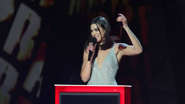Dua Lipa dedicou seus prêmios a todas as mulheres que já passaram pelo palco dos BRIT's. Foto: Daniel Leal-Olivas/AFP