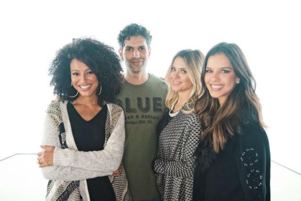 Yossi Michaeli ladeado pelas atrizes brasileiras. Foto: Pompéia/Divulgação