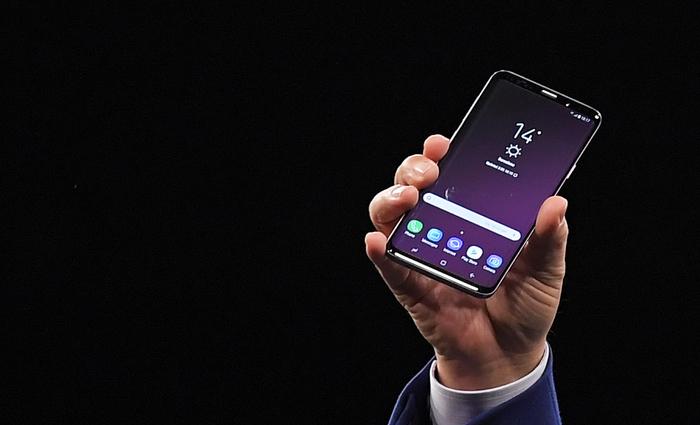 Entre as principais diferenças do aparelho está a tecnologia que permitirá o uso de aplicativos de realidade aumentada. Foto: Lluis Gene/AFP Photo