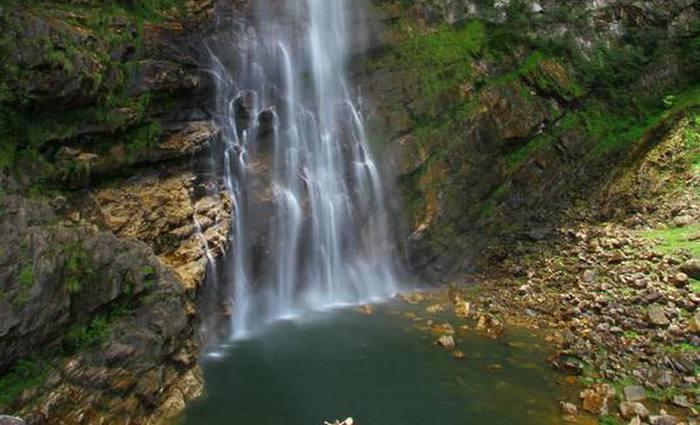 O acesso à cachoeira exige uma caminhada de dificuldade moderada, mas a beleza compensa. Foto:  Ion David/Travessia Ecoturismo