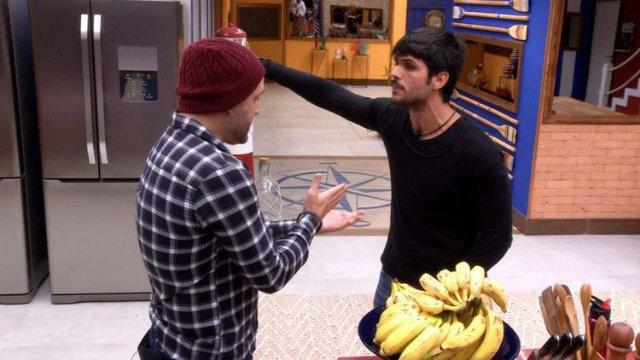 Caruso e Lucas brigam na cozinha da casa após atividade. Foto: Globo/Reprodução